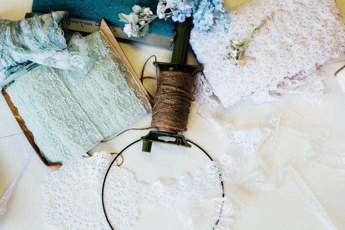 manualidades decoracion originales, trozos de encaje para hacer un atrapasueños de encanto, tela en blanco, verde y azul
