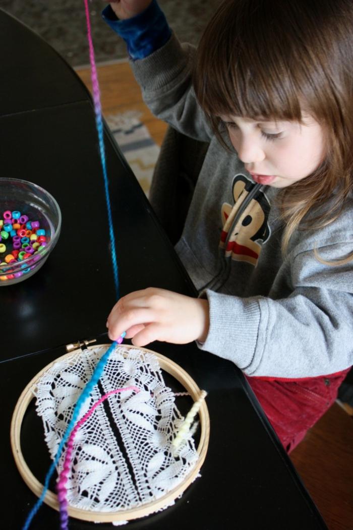 ideas originales de manualidades para niños paso a paso, atrpasueños con bordado en crochet e hilo colorido