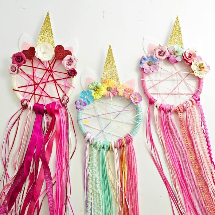 preciosas ideas para manualidades para niños, atrpasueños coloridos en rosado, verde y morado con decoración en dorado
