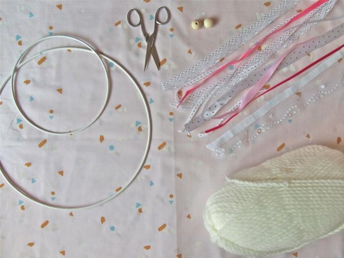 materiales necesarios para hacer un atrapasueños DIY, manualidades para niños originales, aros de metal, cintas de tela coloridas, tijeras, cuentas, hilo
