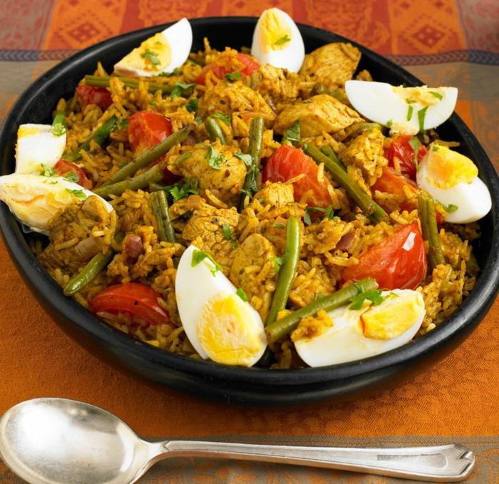 paella con espárragos, pollo, tomates y huevos cocidos, ejemplos de recetas de cocina faciles y rapidas