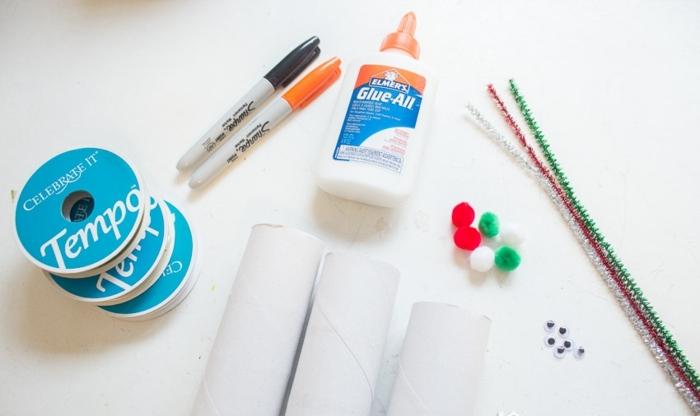 materiales necesarios para hacer un papá noel de tubos de cartón, pegamento, marcadores, cinta adhesiva, trabajo desde casa manualidades