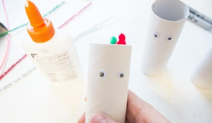 bonita idea de adornos navideños hechos con rollos de papel higiénico, trabajo desde casa manualidades paso a paso