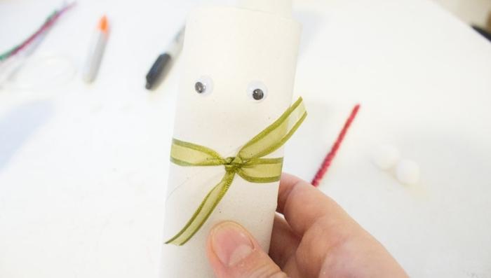 manualdiades con materiales reciclados, como hacer un papá noel de rollos de papel higiénico, trabajo desde casa manualidades