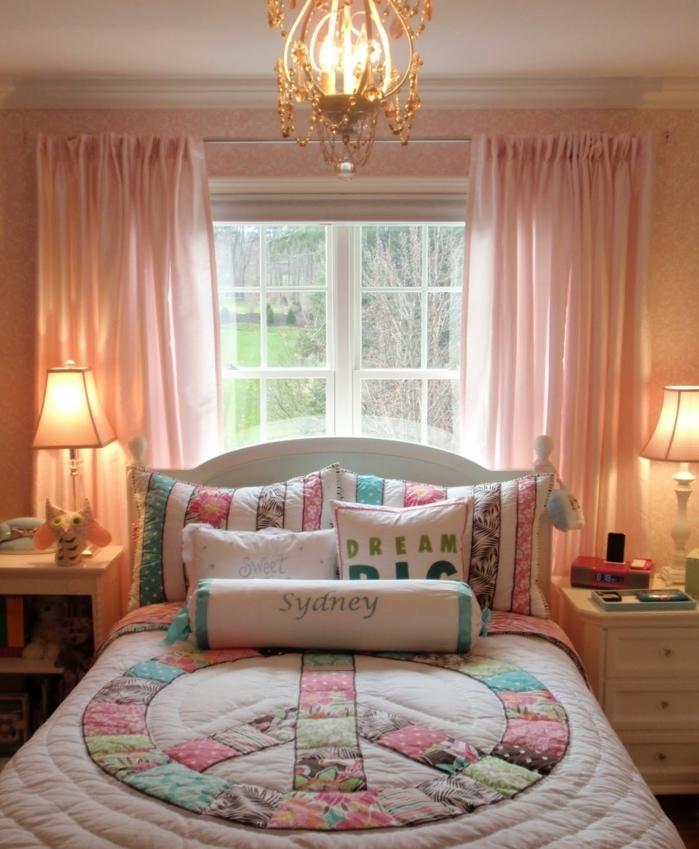 dormitorio juvenil en colores pastel, cortinas en rosado, cama doble con cobijas con motivos florales