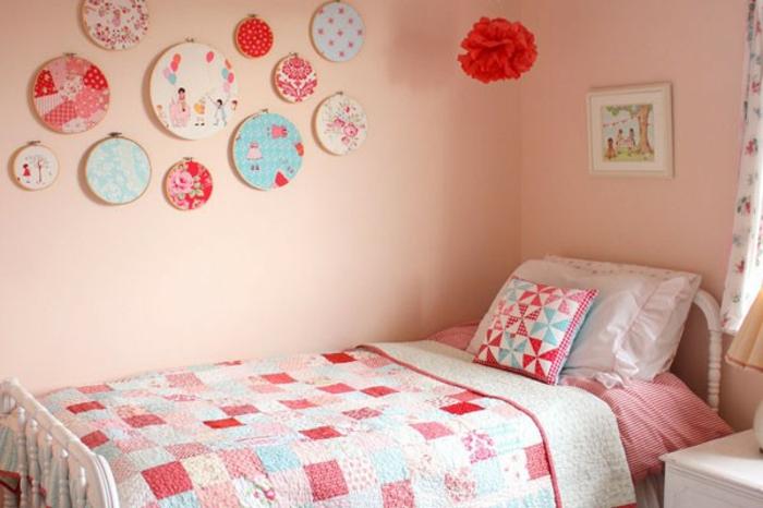 habitacion niñas en rosado y blanco, muchos elementos decorativos en la pared, tendencias para decorar habitaciones juveniles