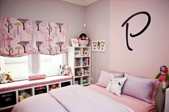 dormitorio decorado en rosado con elementos originales, estores con dibujos y dibujo en la pared, ideas habitacion niñas