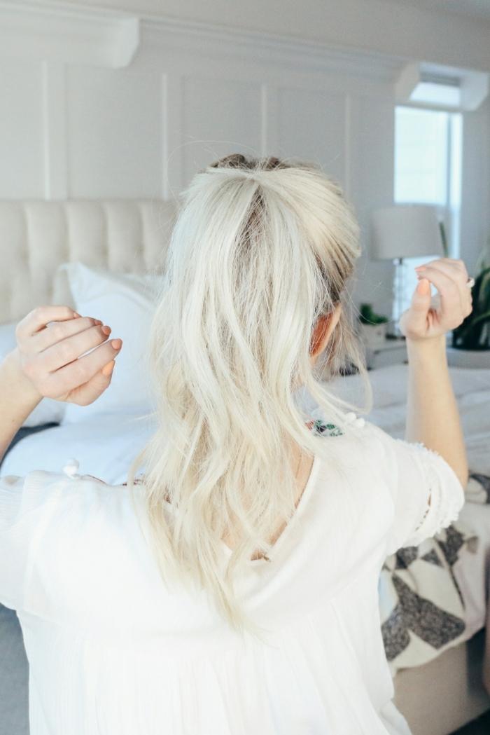 ejemplos de peinados con cola alta, pelo rubio largo y ondulado recogido en una coleta de caballo, ideas pelo largo paso a paso