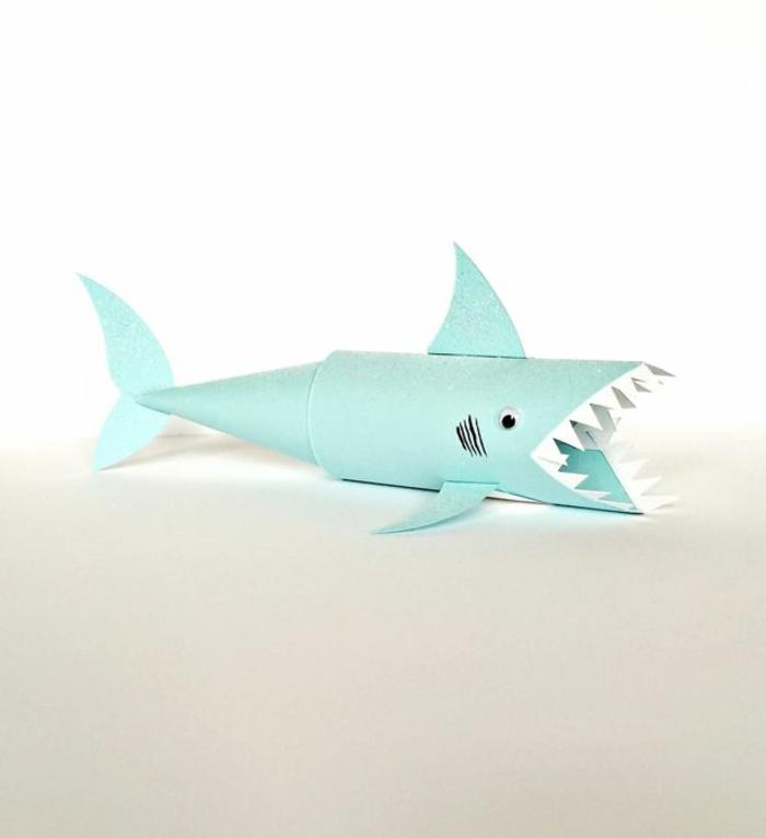 ejemplos de manualidades originales hechos de tubos de cartón, tiburón elaborado de rollos de papel higiénico