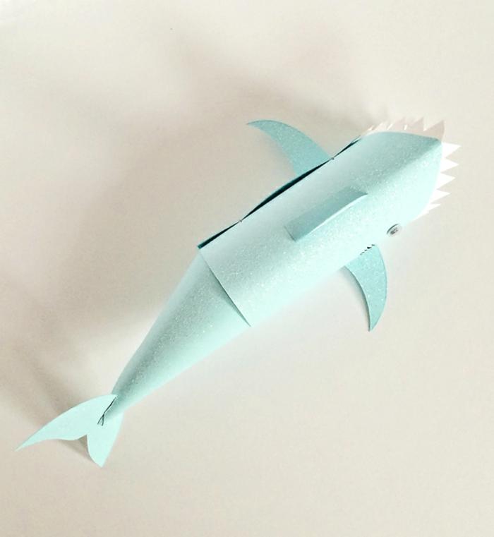 preciosas ideas de manualidades con tubos de papel higienico, tiburón de cartón en verde con dientes en blanco