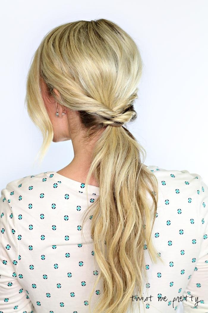 precioso recogido muy fácil de hacer, cabello largo y rubio ligeramente ondulado, ideas de peinados con cola alta