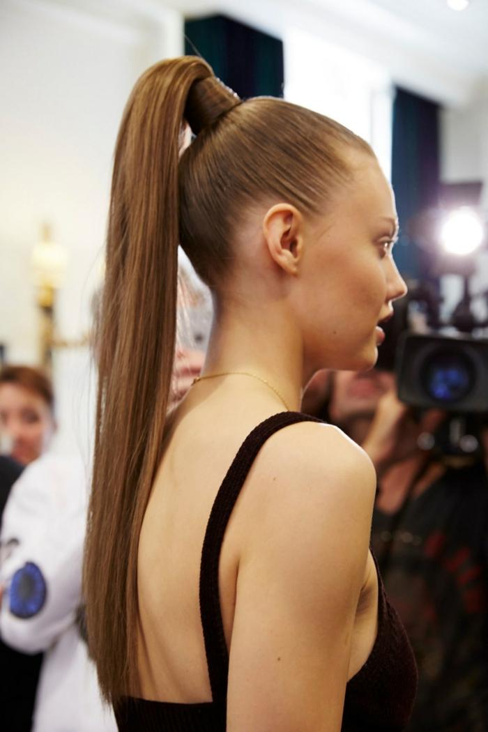 propuesta de encanto para pelo muy largo, larga melena castaña recogida en coleta alta, ejemplos de peinados con cola alta