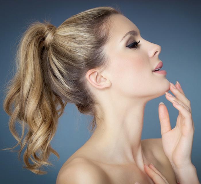 ejemplos de peinados faciles y bonitos, coleta alta pelo rizado rubio con balayage, tendencias peinados mujer 2018