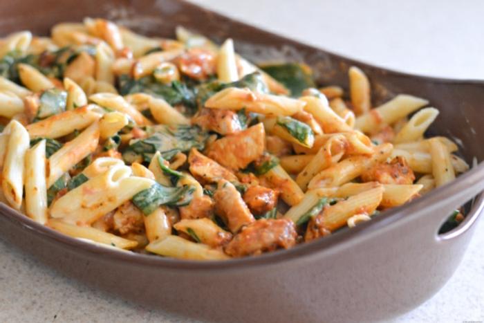 pasta con espinacas, crema de leche y salsa de tomates, ideas de recetas para cenas fáciles y ricas