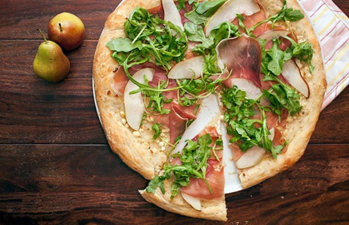 pizza con proshuto y verduras, ideas faciles de recetas para cenas, pizza apetitosa facil de hacer