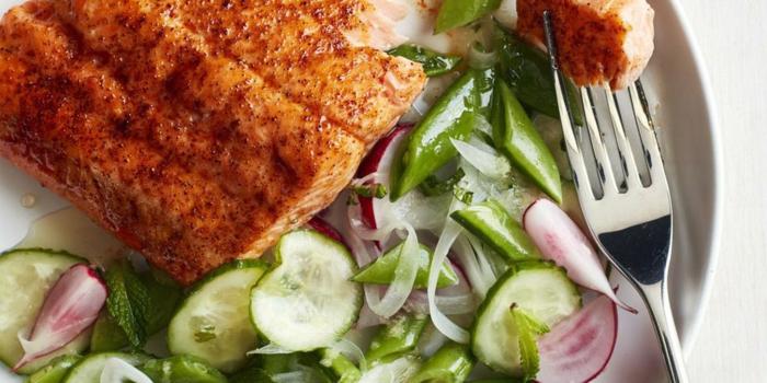 carne con verduras,. ideas de recetas para cenas faciles y sabrosas, ensalada fresca verde con cebolla roja