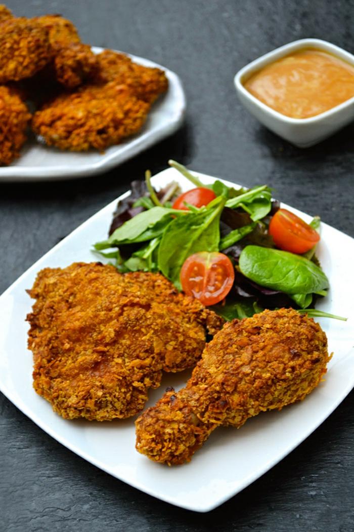 plato con pollo crujiente y ensalada fresca verde, recetas para cenas apetitosas y fáciles de hacer