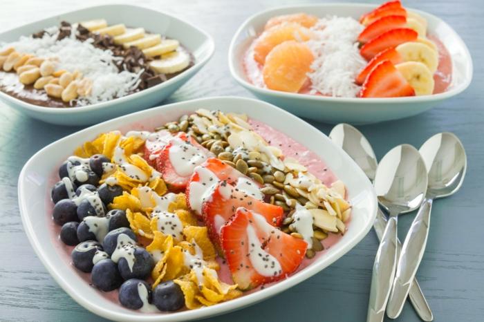 ideas de postres recetas faciles y economicas, yogur de fresa con frutas frescas, semillas y cereales