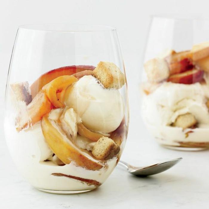postres y desayunos recetas faciles y economicas, helado de vainilla con frutas frescas y biscochos