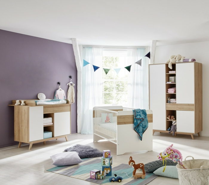 ejemplos de dormitorios de niñas, habitación con paredes en blanco y lila, guirnaldas de papel decorativos y muebles de madera