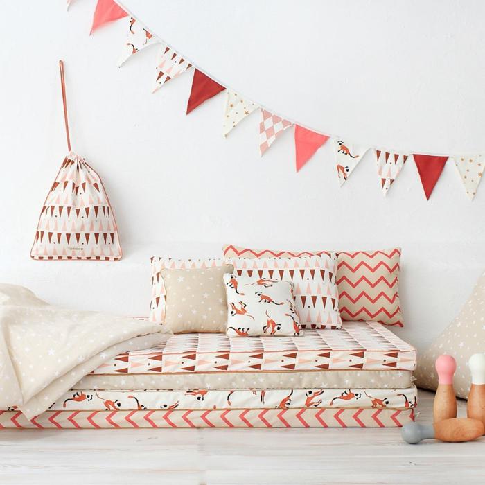 detalles de encanto en una habitacion bebe niña, colchones en el suelo y cojines decorativos con estampados coloridos