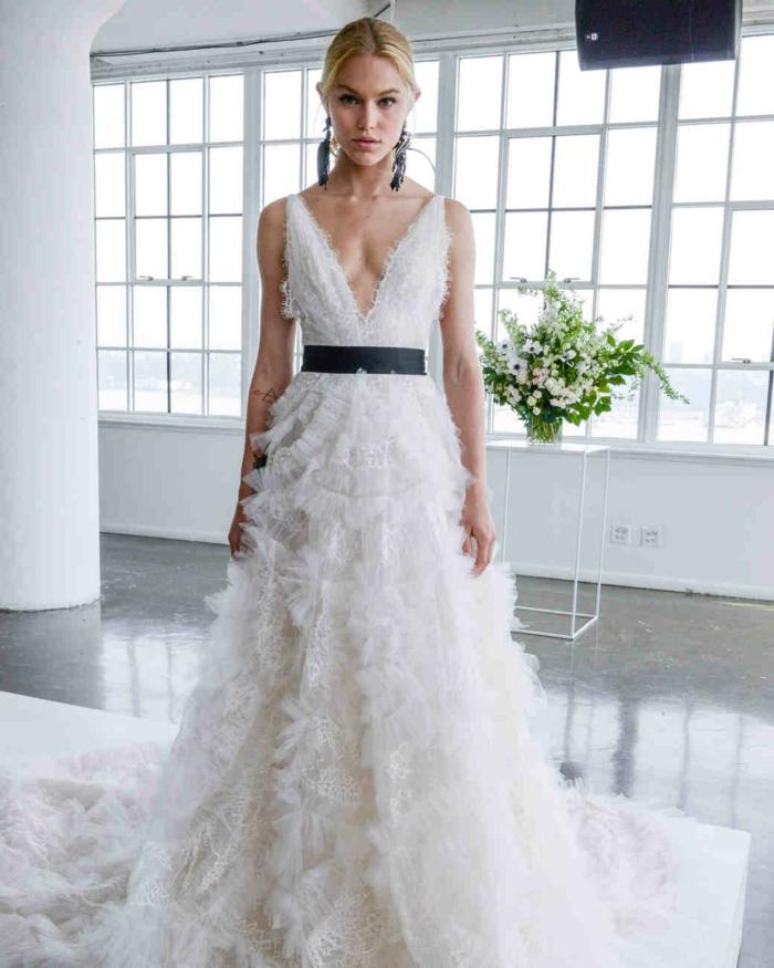 idea vestido novia informal, vestido en blanco con detalles 3 d y cinturón en negro, grande escote y grandes pendientes con plumas