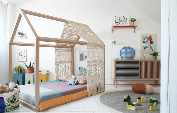 ingeniosas idea para decorar un dormitorio infantil, grande cama de madera y muchos elementos decorativos, ideas decoracion habitacion niñas