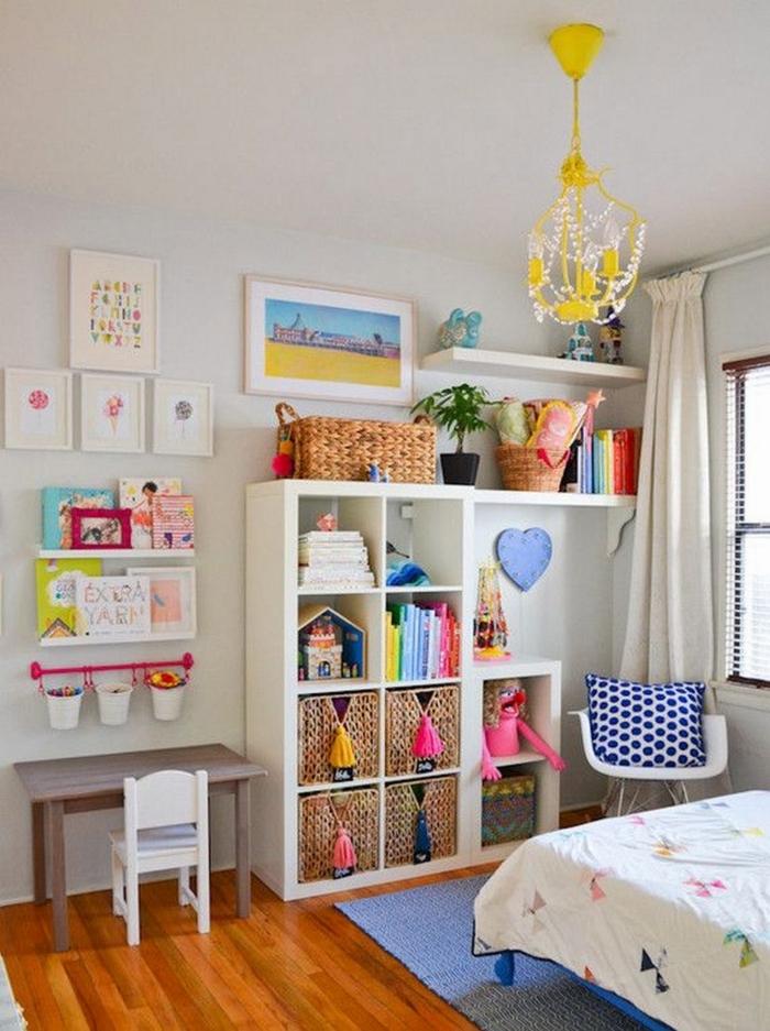 ideas de decoración habitacion niñas, estantería moderna con muchos elementos decorativos, suelo de parquet y lampara original en amarillo