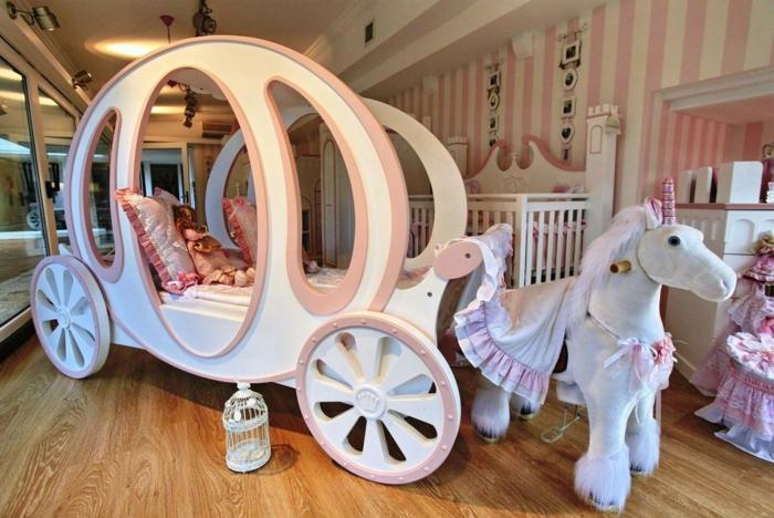 ideas originales y extravagantes habitacion niñas, cama en forma de carrete con un unicornio de peluche