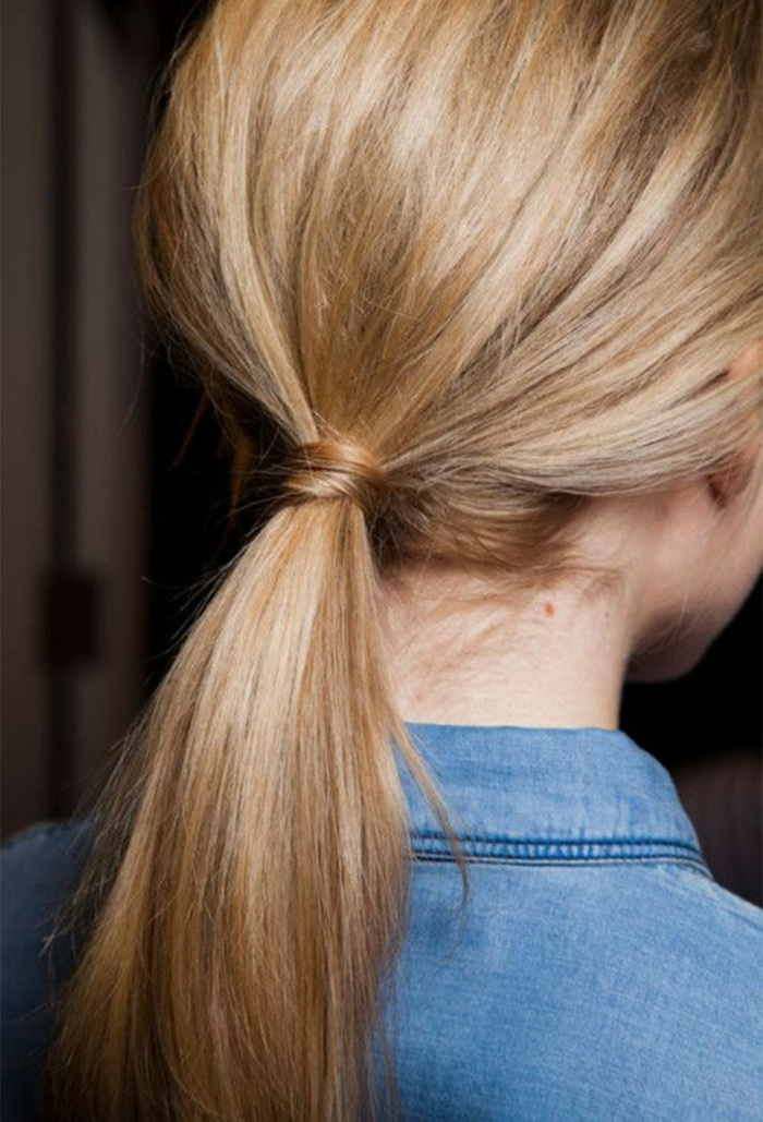 coleta simple y moderna con mucho volumen, peinados faciles y bonitos para ocasiones casuales
