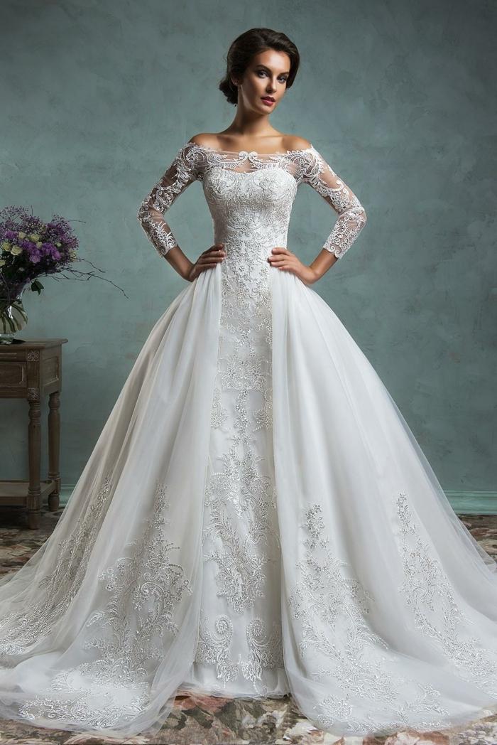 ideas de trajes de novia baratos y bonitos, vestido con doble falda amplia y parte superior de encaje con mangas largas