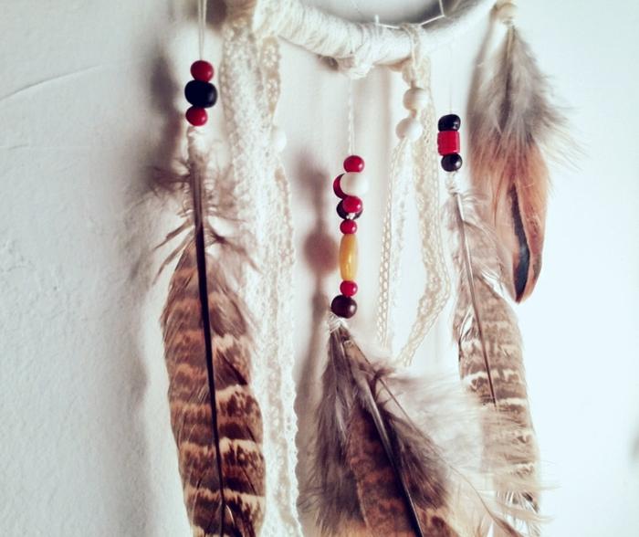 diseño de atrapasueño en blanco con grandes plumas y cuentas coloridas, manualidades faciles y rapidas paso a paso