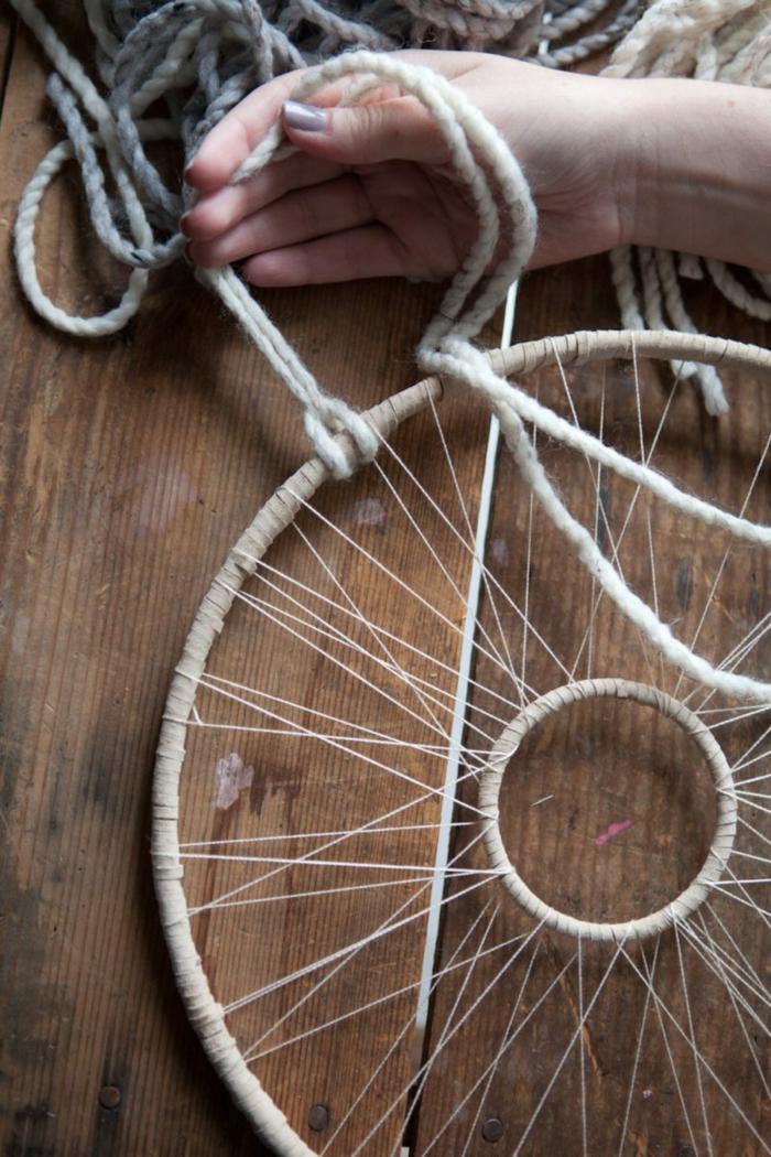 pasos para hacer un auténtico atrapasueños para decorar tu casa, grande aro de madera e hilo de lana