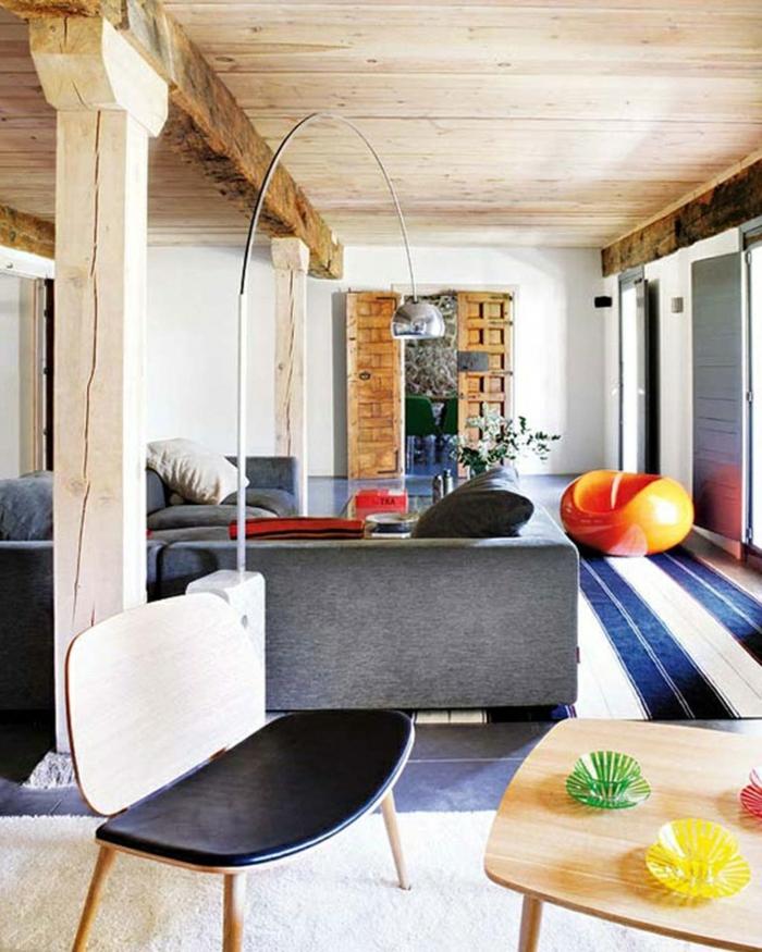 decoracion salon rustico fusion con estilo moderno, techo con vigas y muebles modernos en colores frescos