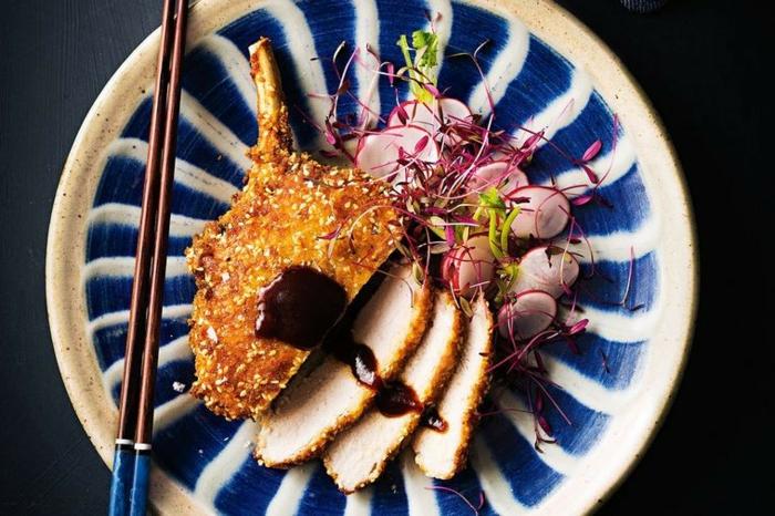 cena rapida y rica, carne de cordero empanado con sesamo, salsa de barbacoa y verduras frescas