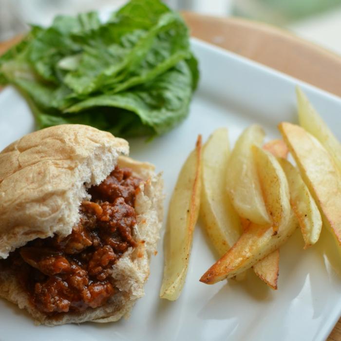 bocadillo con carne picada y salsa de chile, patatas fritas y hojas de lechuga fresca, ideas de cena rapida y sabrosa