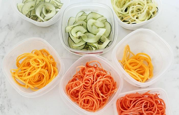 ralladuras de calabacines y pasta en diferentes colores, ingredientes saludables para una cena rapida y rica