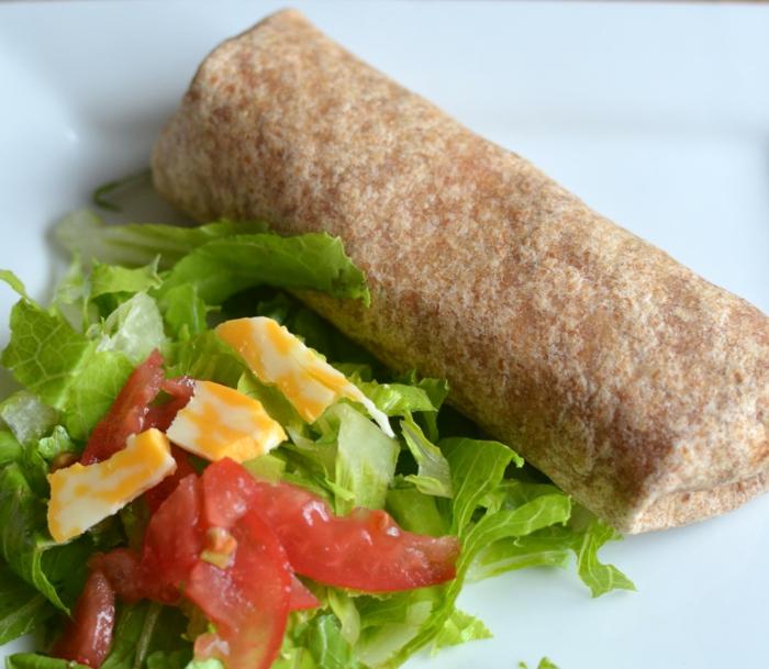 burrito de encanto adornado de ensalada verde con huevos fritos, ideas de cena rapida y saludable