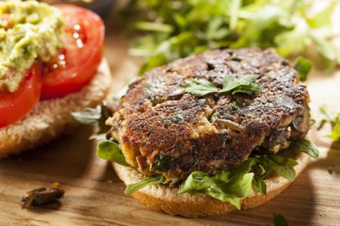 sabrosa hamburguesa de carne de pavo con lechuga, perejil, toamtes y pesto, cena rapida y rica