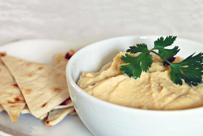 hummus casero con pan árabe, propuesta de cena rapida, rica y fácil de hacer, hummus con perejil