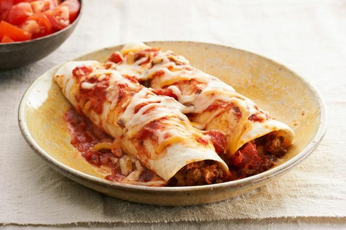 enchiladas sabrosas con chile con carne, quesos y salsa de tomates, que comer hoy ideas fáciles y rápidas