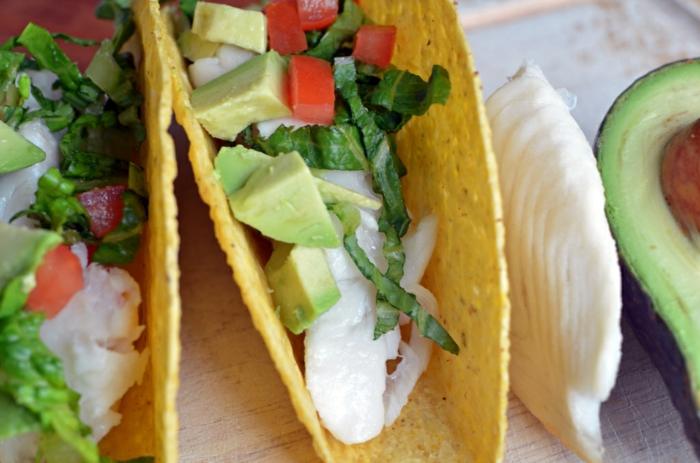 tortillas de maiz con relleno de pollo, aguacate, tomates y lechuga, propuestas de recetas faciles y sanas paso a paso