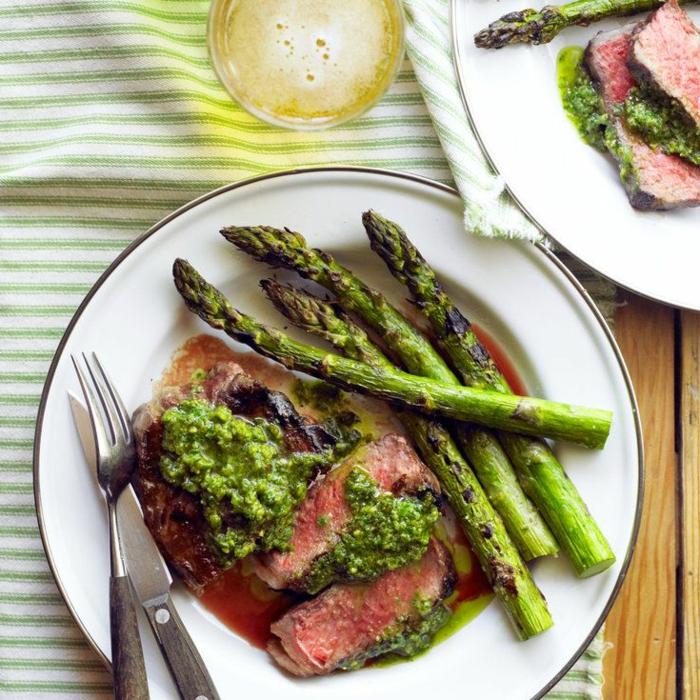 carne de ternera con pesto casero, salsa de vinagre y espárragos a la parilla, ideas recetas faciles y economicas