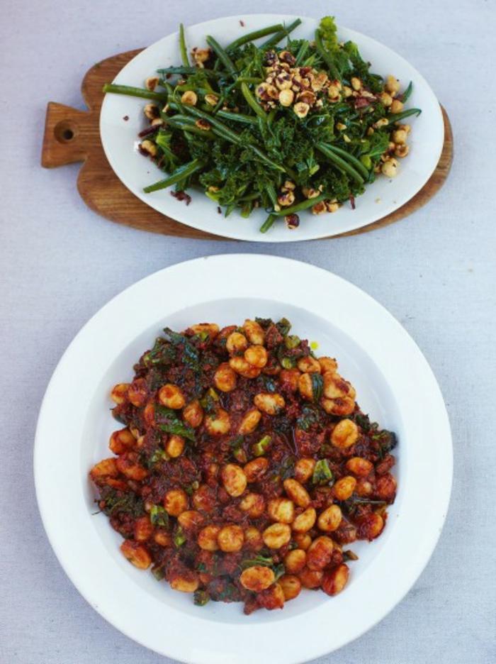 cocido de garbanzos con salsa de tomates y ensalada con esparrágos y nueces, recetas rapidas y ricas
