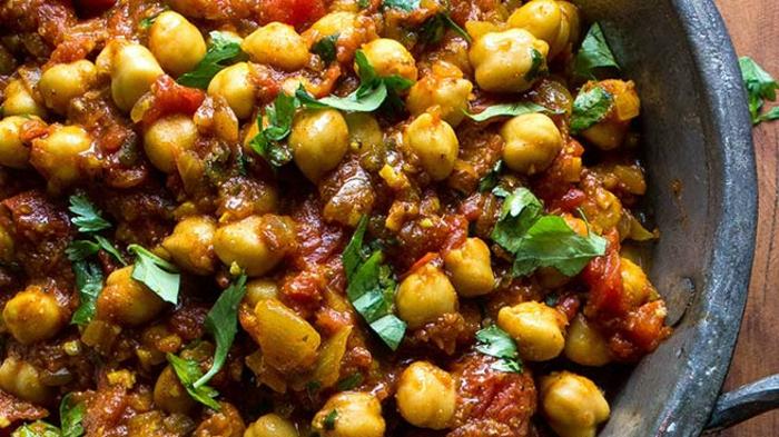 cocido de garbanzos con salsa de tomates, perejil y verduras, ideas de recetas rapidas y ricas para hacer en 30 minutos