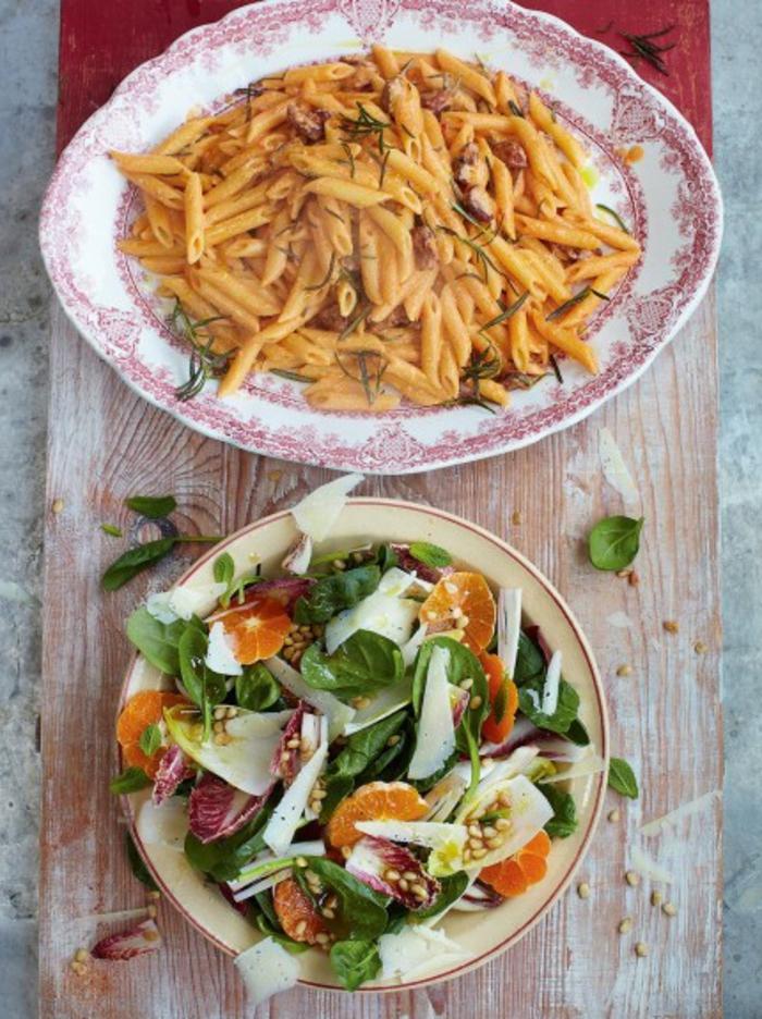 pasta cocida en menos de 10 minutos y ensalada con espinacas, quesos y naranjas, ideas recetas faciles y sanas