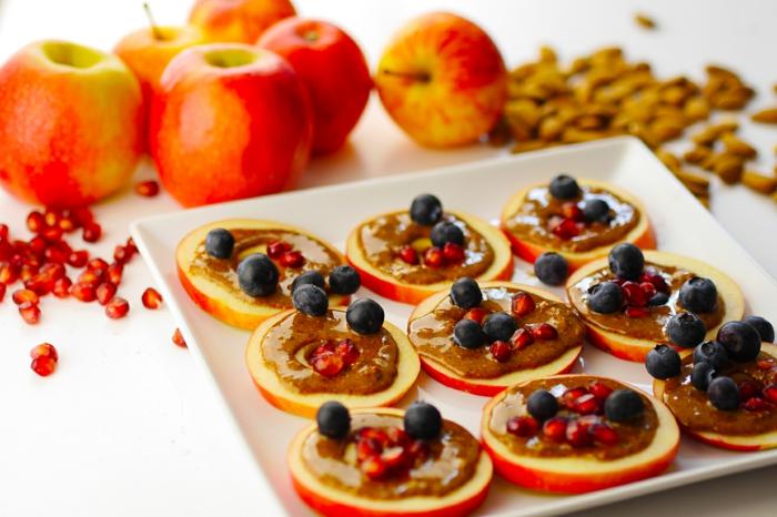 preciosas ideas para desayunos saludables, como llevar una vida sana con recetas faciles y sanas, rebanadas de manzanas adornadas de almendras y arándanos