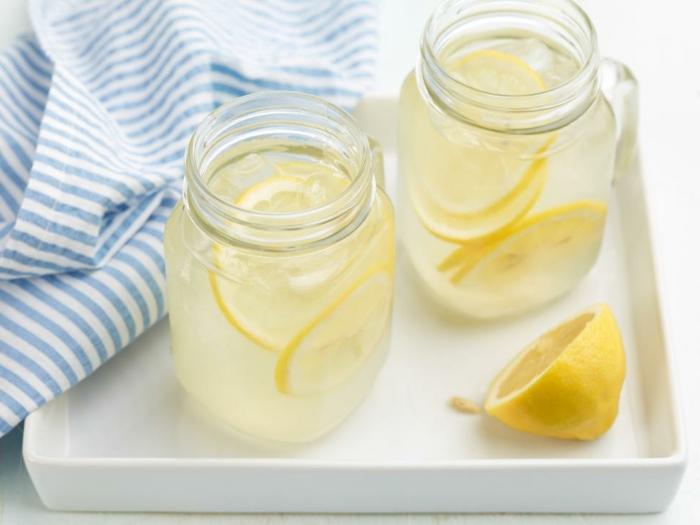 recetas faciles y economicas refrescos para el verano, agua de limones con hielo, ideas para el verano