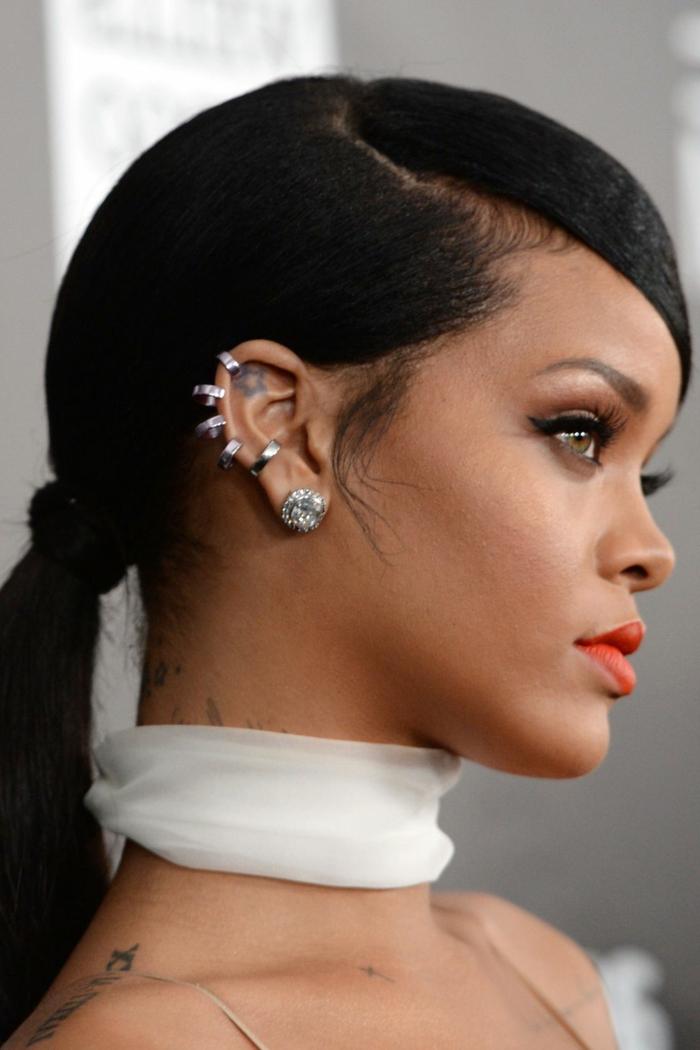 ingeniosa propuesta peinados fin de año, Rihanna con una cola baja y raya lateral, pendientes atractivos en la oreja