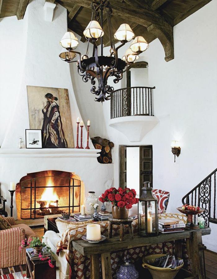decoracion salon rustico tradicional con muebles de madera,. chimenea de leña, techo de madera y candelabro vintage